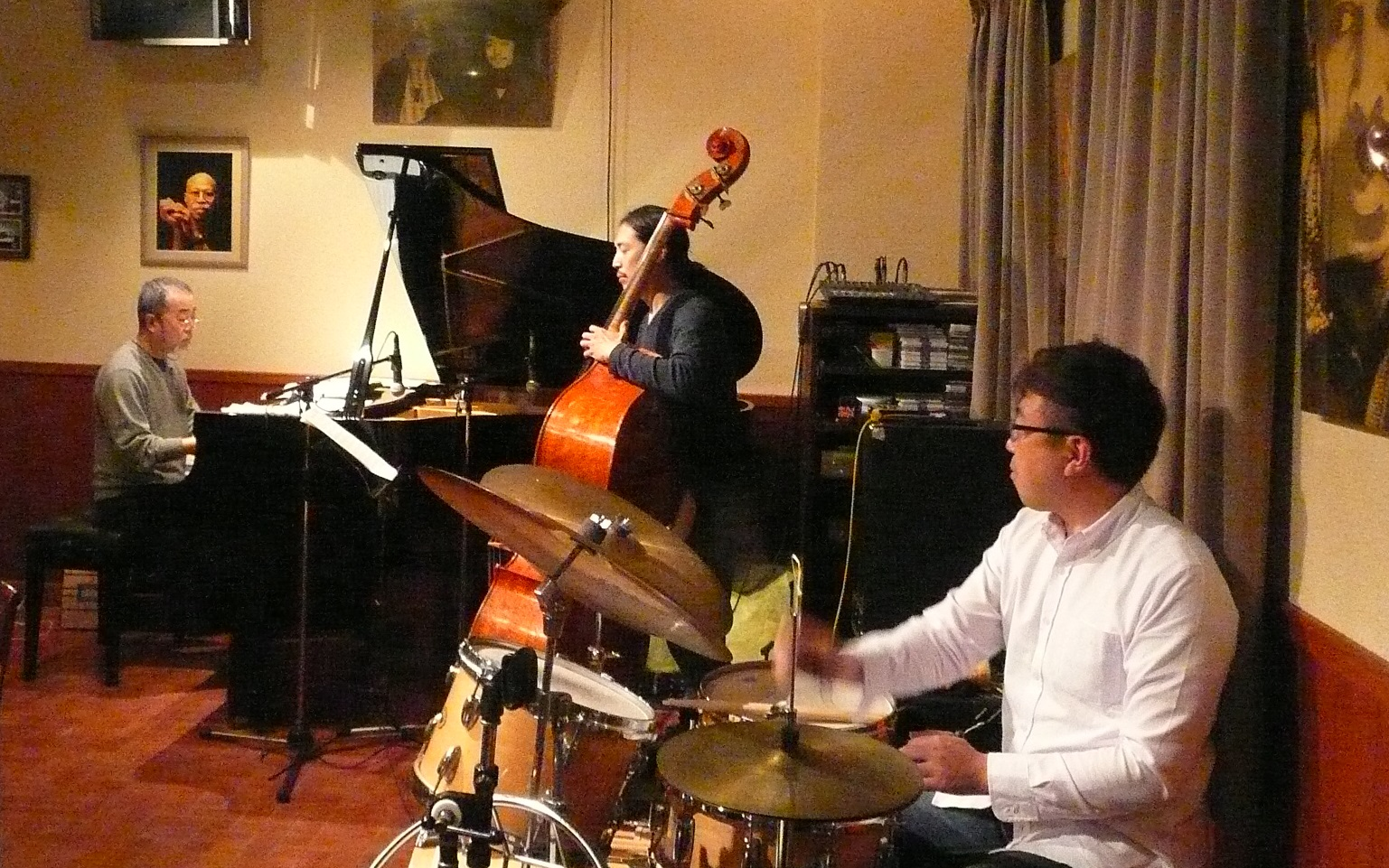 http://jazzclub-overseas.com/blog/jazz_club_overseas/0416msP1100331.JPG