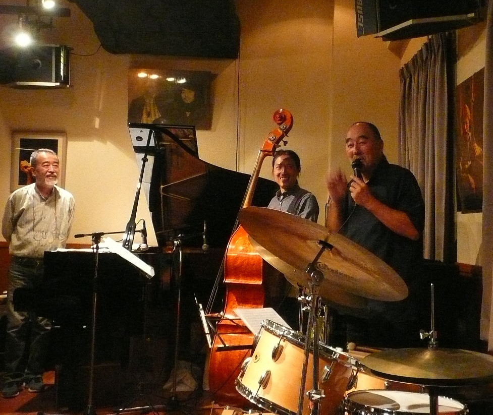 http://jazzclub-overseas.com/blog/jazz_club_overseas/akira_tana_at_overseas2.JPG