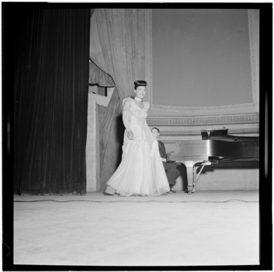 Billie_Holiday,_Carnegie_Hall,_New_York,_N.Y.,_between_1946_and_1948_(William_P._Gottlieb_04231).jpg