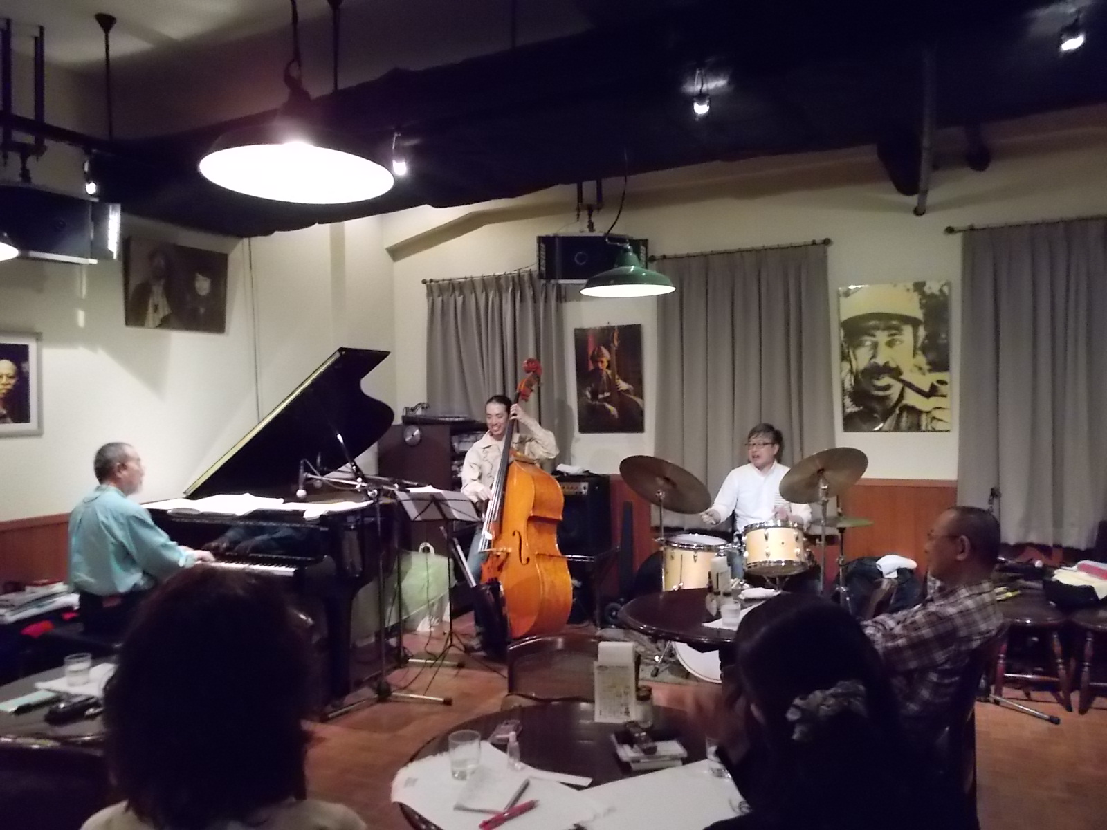 http://jazzclub-overseas.com/blog/jazz_club_overseas/mainDSCN0062.JPG