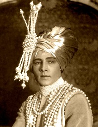 rudolph+valentino+in+turban+and+pearls.jpg